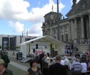 Überdachte Bühne vor dem Berliner Reichstag